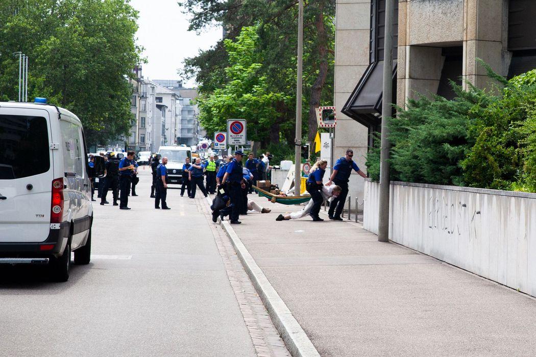 Lena blockiert eine Grossbank: Teil 1, Die Blockade